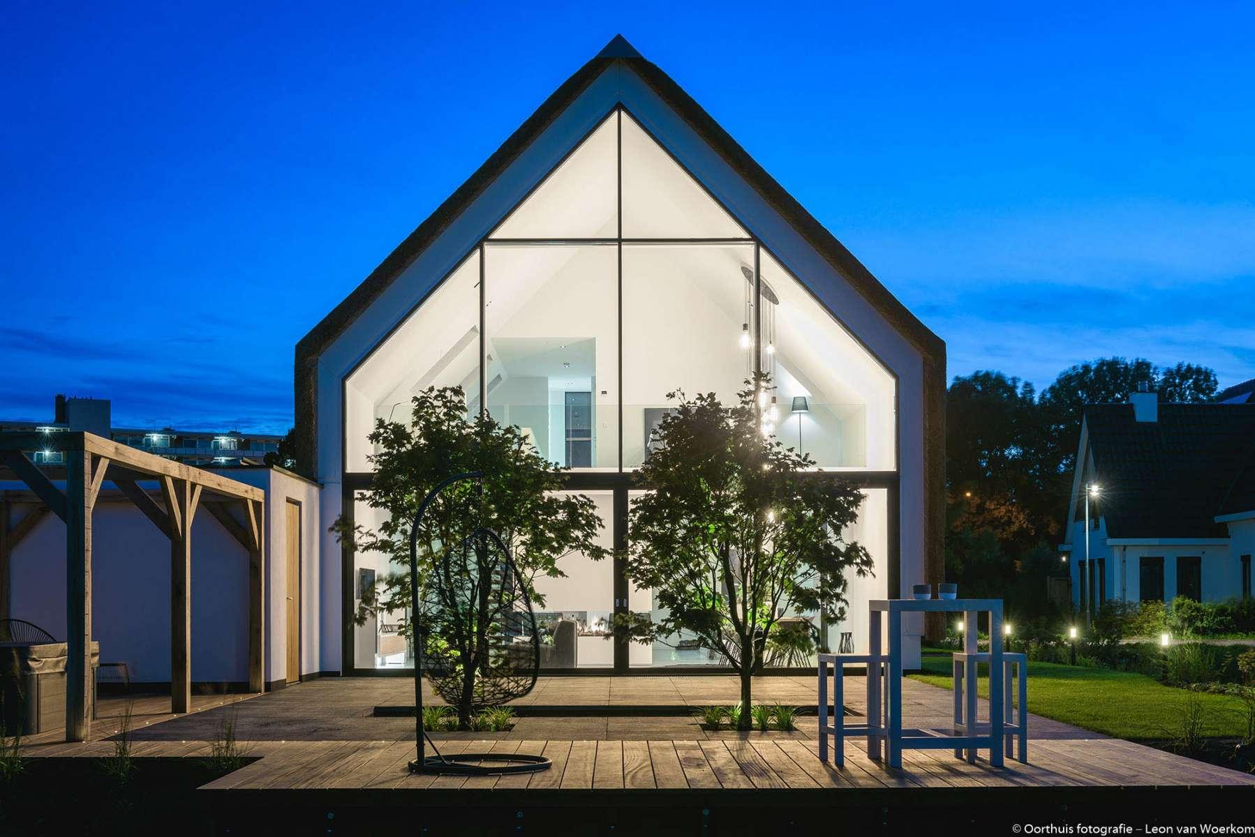 moderne villa met gestucte gevels en rieten kap. Black Bedroom Furniture Sets. Home Design Ideas