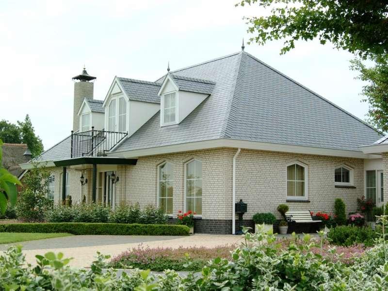Klassieke woning met leien dak en geschakelde garage