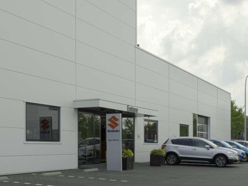 Autoshowroom met werkplaats en parkeerdak