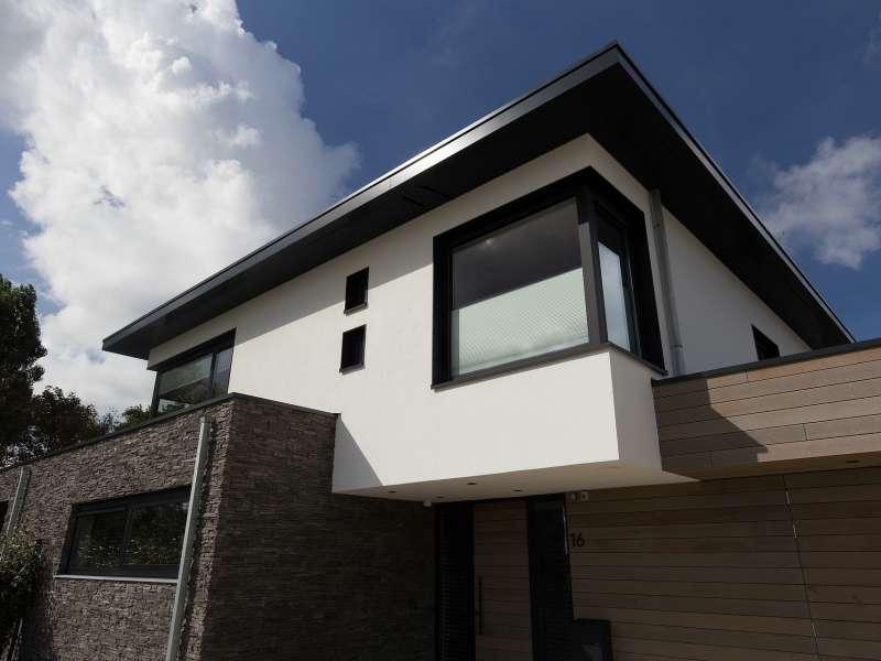 Moderne villa met diversiteit aan gevelmaterialen