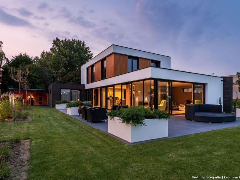 Moderne villa met imposante entree