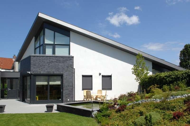 Moderne woning met lessenaarsdak en gevelstucwerk